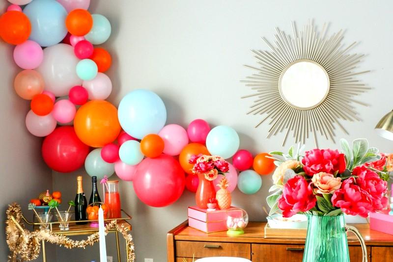 Новогодние украшениями воздушными шарами интерьера